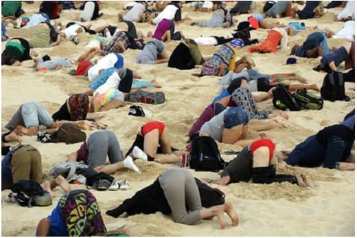 Người biểu tình trên bãi biển Bondy (Ảnh AFB)